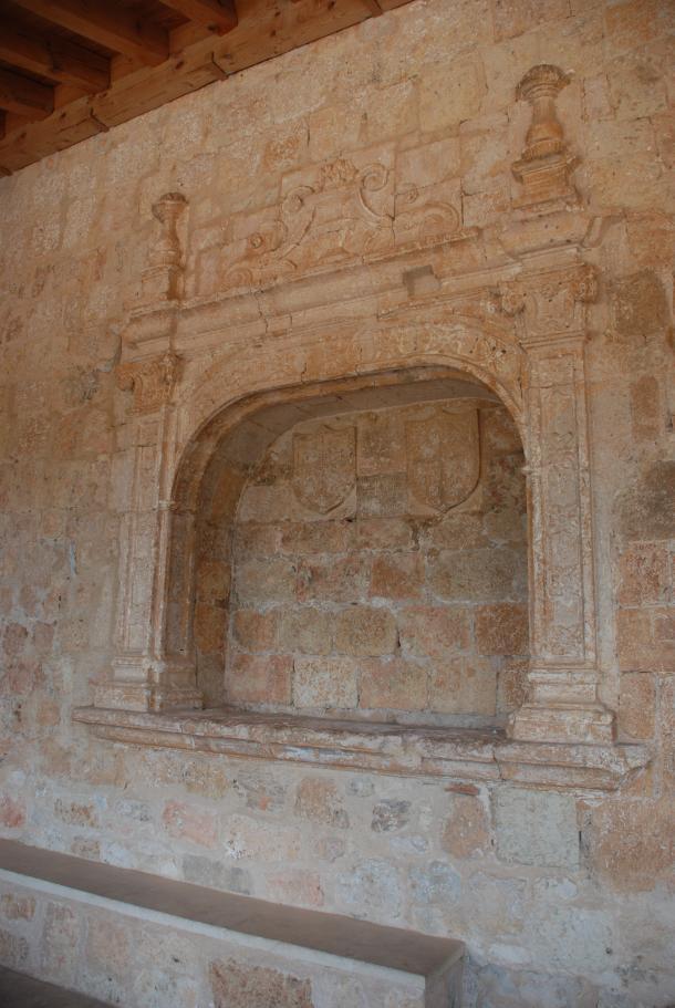 Tumba de Fernán Antolinez en el atrio de Santa María del Rivero (Fotografía del autor)