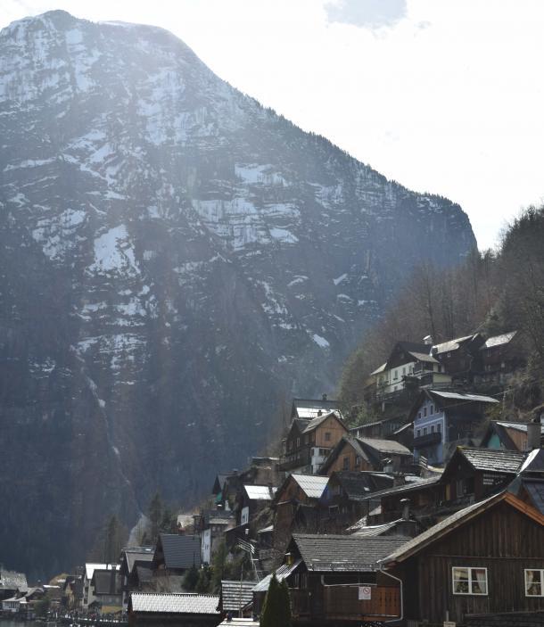 Casas del pueblo en la ladera de la montaña / Clara Fernández