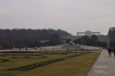Explanada frente al palacio de Schönbrunn con la Gloriette al fondo // Clara Fernández