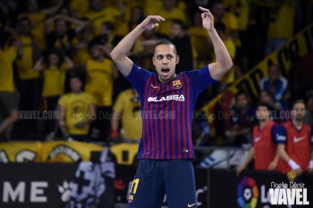 Ferrao, alentando al Palau tras anotar el primer gol del partido | Foto: Noelia Déniz - VAVEL