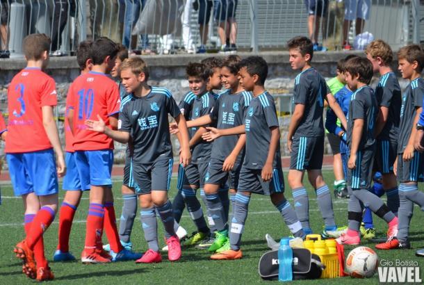 Los jugadores de la Real saludando a los del Touring. Foto: Giovanni Batista (VAVEL)