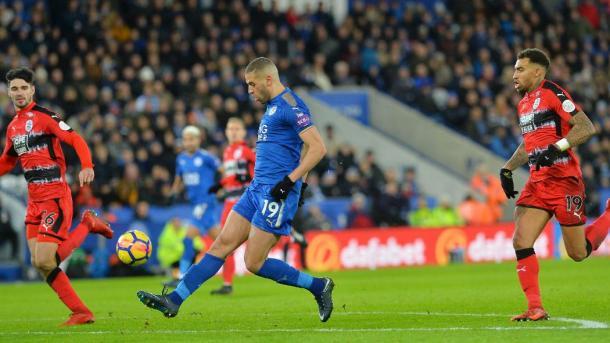 Slimani pica el balón para marcar el 2-0. Foto: Leicester City