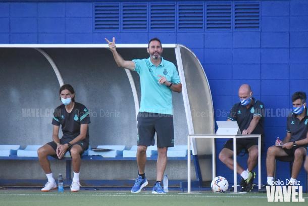 Vicente Moreno se mostró intenso en su estreno en el banquillo perico | Foto: Noelia Déniz - VAVEL