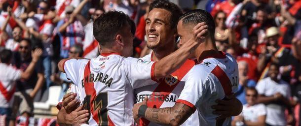 Embarba, Trejo y De Tomás celebrando un gol esta temporada. Foto: Twitter Rayo Vallecano