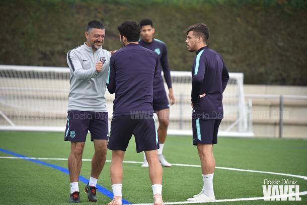 Bromas entre García Pimienta y Carles Aleñá durante una sesión de entreno   Foto: Noelia Déniz - VAVEL