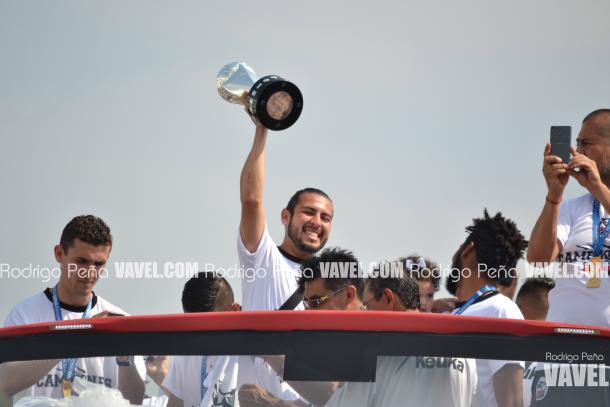 Jorge Ibarra, capitán del cuadro universitario levantando el trofeo | Foto: Rodrigo Peña VAVEL