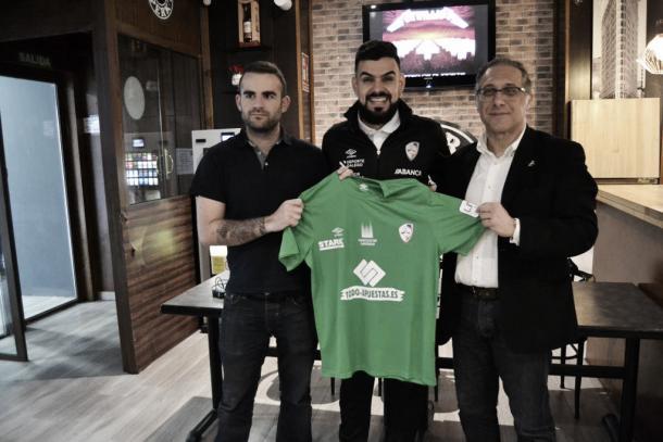 Thiago Soares con la camiseta de su nuevo equipo, Santiago Futsal | Foto: @Santiago_Futsal