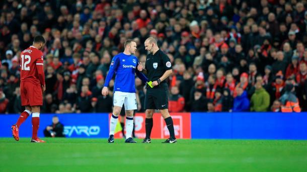 Rooney dialoga con Robert Madley tras recibir la cartulina amarilla | Foto: The Emirates FA Cup.