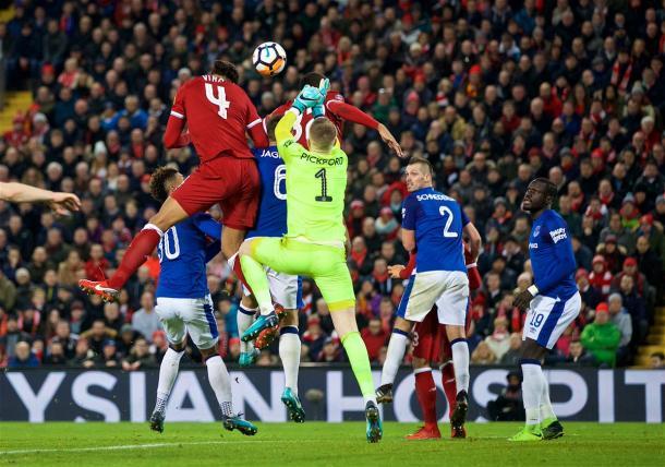 Van Dijk gana en las alturas y coloca el 2-1 | Foto: Liverpool.