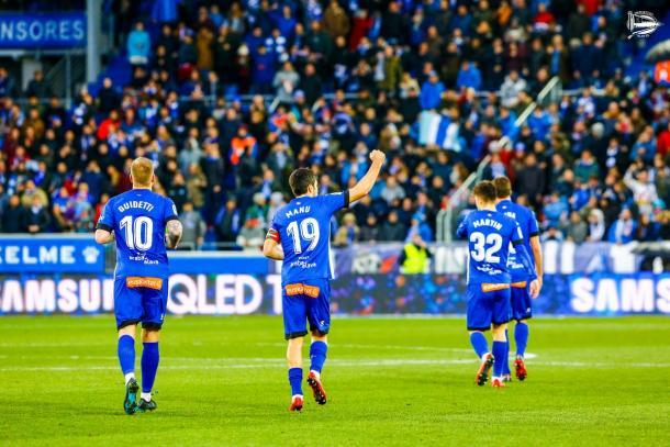 Los jugadores del Alavés se retiran tras su victoria liguera frente al Sevilla. Fuente: deportivoalaves.com