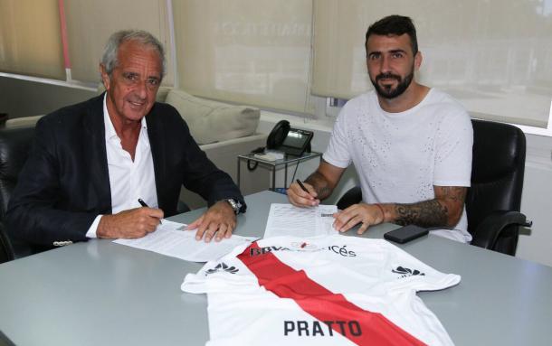 Lucas Pratto junto al presidente de River, Rodolfo D'Onofrio, firmando el contrato. Foto: River oficial.