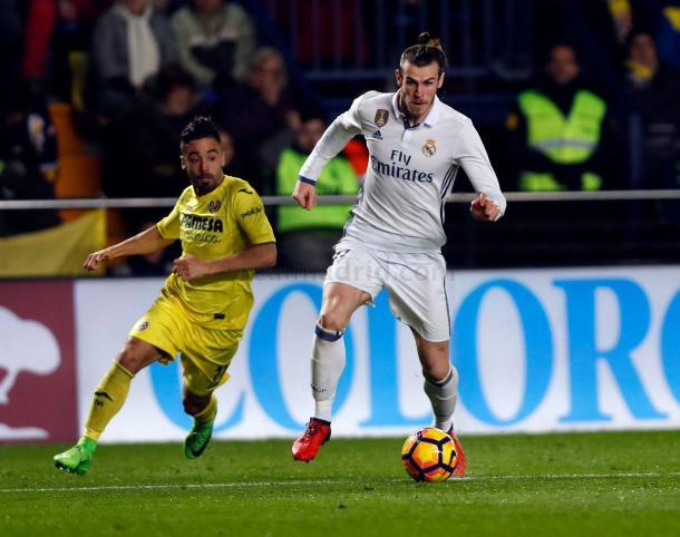 Bale conduciendo el esférico frente al Villareal CF / Real Madrid CF