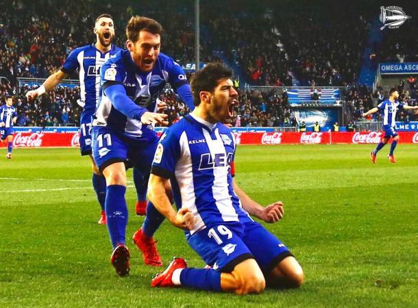 Ibai y Pedraza se lanzan a abrazar a Manu, tras su gol frente al Sevilla. Fuente: deportivoalaves.com