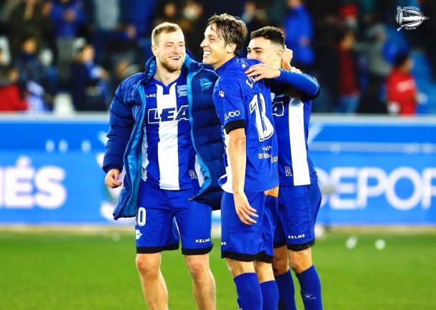 Guidetti, Pina y Munir se felicitan tras el encuentro. Fuente: deportivoalaves.com