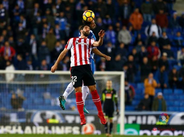 Raúl García pugnando por el esférico ante un jugador del Espanyol / Fuente: Athletic Club