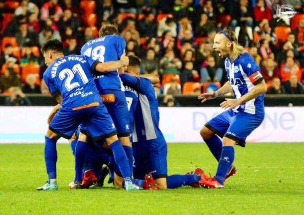 Los jugadores del Alavés celebran el gol conseguido en Copa, en Mestalla. Fuente: deportivoalaves.com