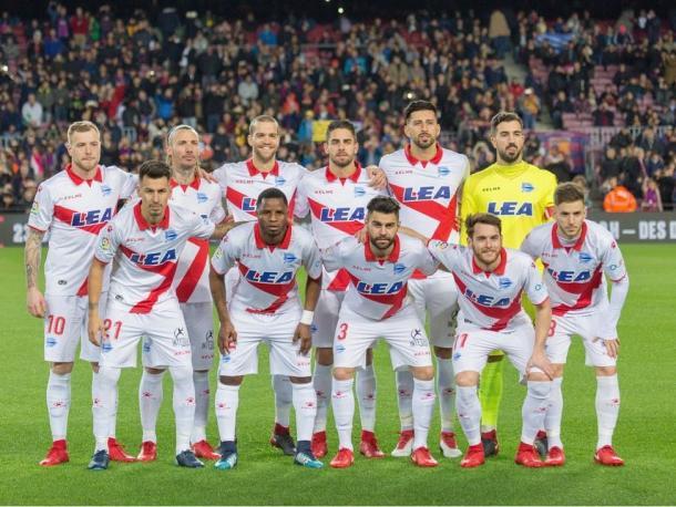 Equipo del Alavés, que estuvo a punto de dar un año más la sorpresa en el Nou Camp, de no haber sido por el nefasto arbitraje. Fuente: deportivoalaves.com