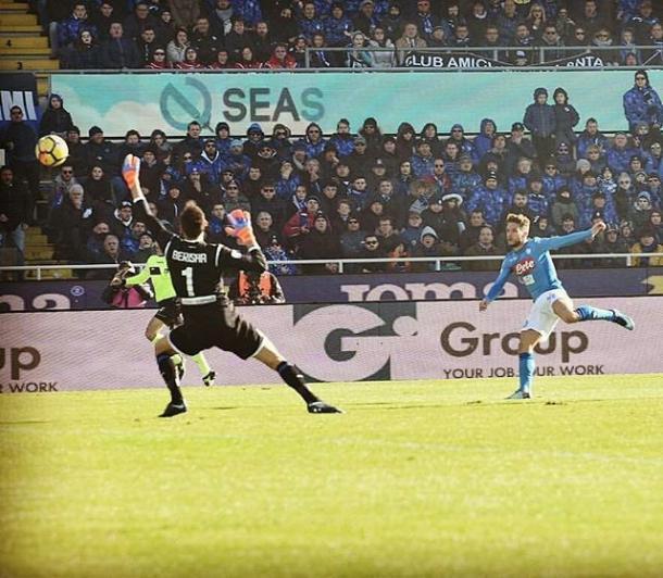 Mertens rematando al gol ante Berisha | Foto: https://twitter.com/paginaazzurri
