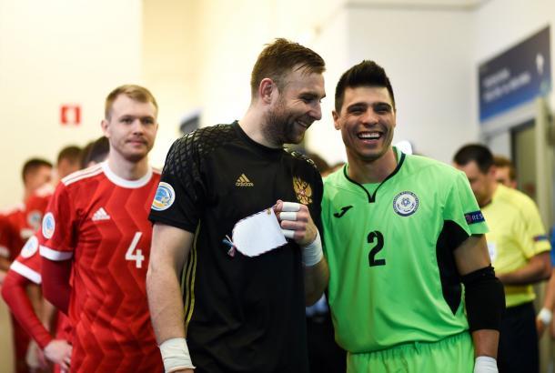 Buen rollo entre Putilov e Higuita antes de empezar el partido   Foto: UEFA