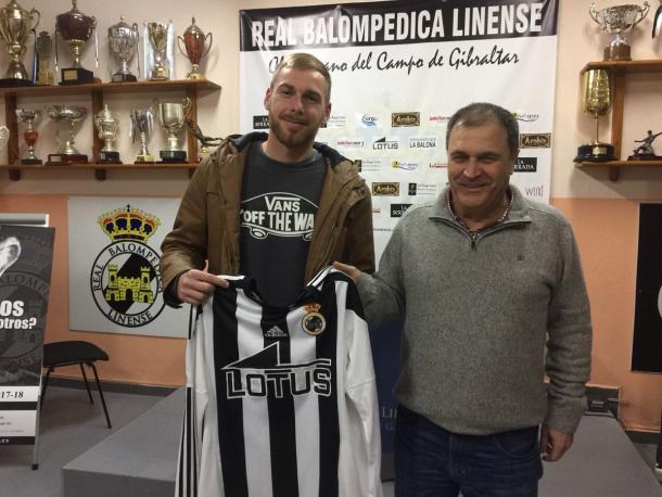 Joe Martínez en la firma de su renovación | Foto: RB Linense.