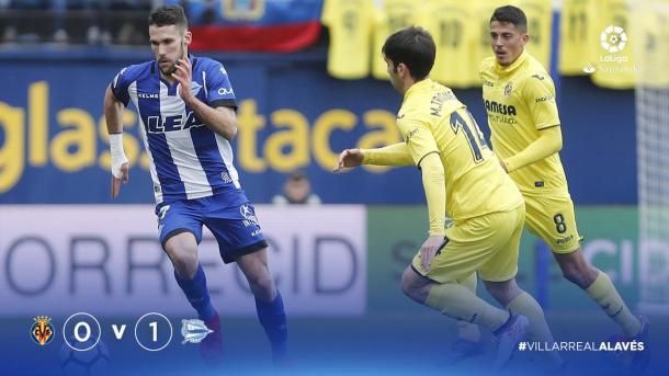 Alfonso Pedraza, cedido del Villarreal, se escapa de dos contrarios, con el marcador 0-1. Fuente: deportivoalaves.com
