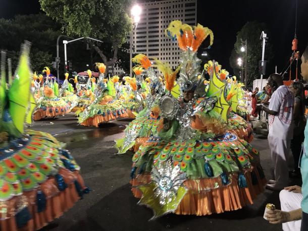 Ala das baianas traz fantasia belíssima com combinação de cores cítricas (Foto: Luis Araújo/VAVEL Brasil)