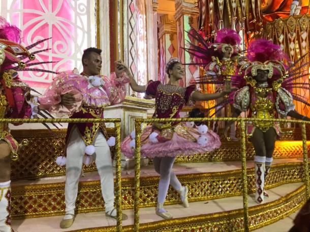 Bailarinos na última alegoria da Viradouro  (Foto: Luis Araújo/VAVEL Brasil)