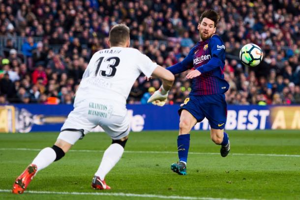 Guaita en un balón dividido con Messi. / Foto: La Liga