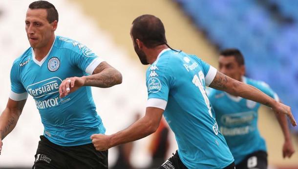 Lema y Guevgeozián festejan el gol del defensor celeste | Foto: Belgrano Oficial.