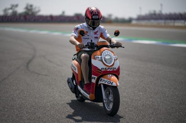 Márquez descubre el Circuito de Buriram con su scooter / Foto: Box Repsol