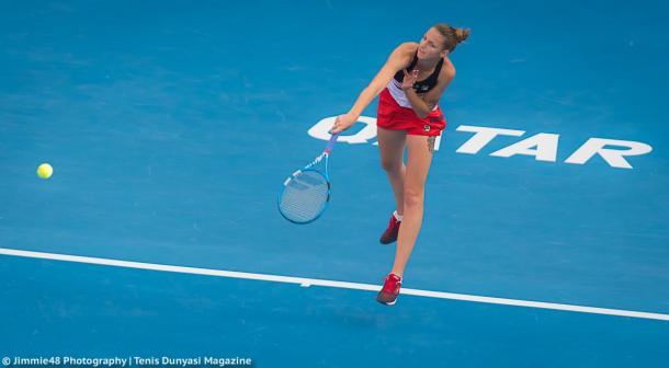 Karolina Pliskova serves at the Qatar Total Open | Photo: Jimmie48 Tennis Photography