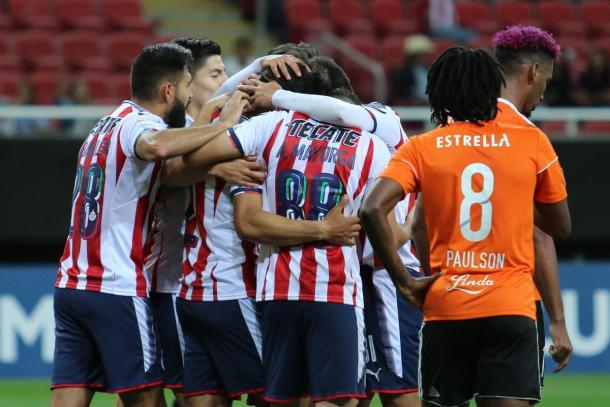 Oribe Peralta calentó el clásico nacional entre Chivas y América