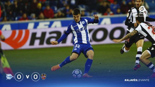Martín, encarando a dos jugadores del Levante, en Mendizorroza. Fuente: deportivoalaves.com