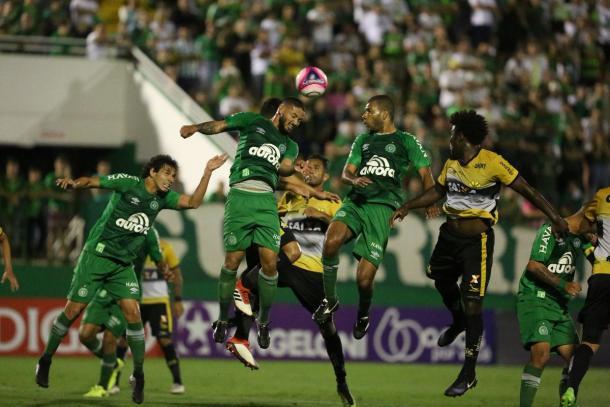 Gol contra, de Sueliton, dá vitória à equipe alviverde na Arena Condá (Foto: Divulgação/Chapecoense)