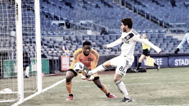 Jonathan dos Santos beats Sean Johnson to the ball. | Photo: LA Galaxy.