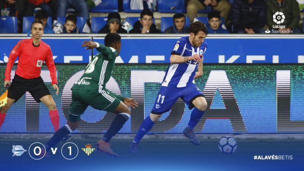 Ibai Gómez intentar escapar por su banda. Fuente: deportivoalaves.com
