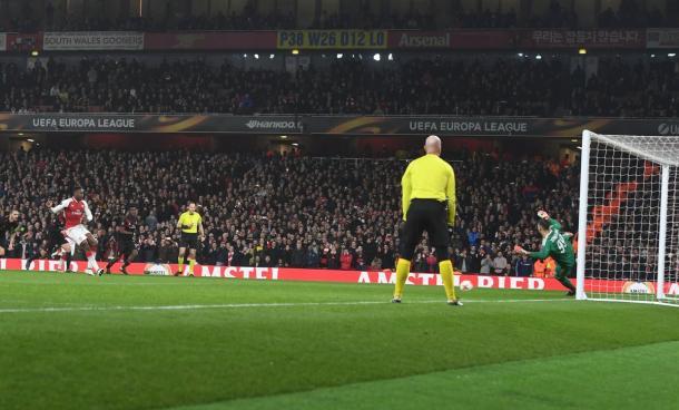 Gol de Welbeck, em pênalti inexistente, evitou derrota do Arsenal ao intervalo (Foto: Divulgação/Arsenal)