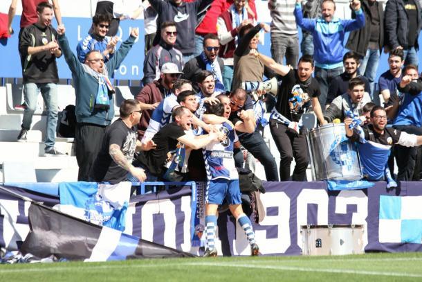 Un futbolista del Sabadell, abrazándose con aficionados   Foto: Sandra Dihör - CE Sabadell