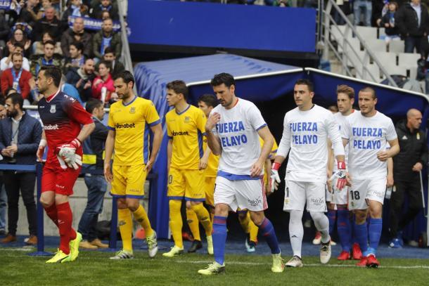 Los jugadores del Oviedo con camisetas de apoyo hacia Pelayo | Foto: realoviedo.es