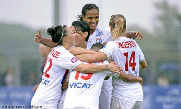 Renard celebrates her goal with her teammates | Source: S. Guiochon-Le Progres