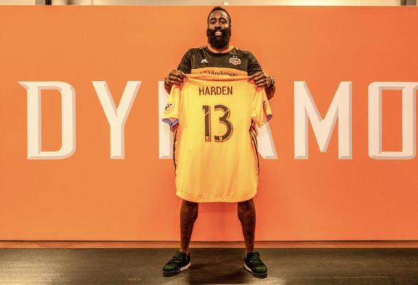 Harden posa con la camiseta del Dynamo | Foto: Houston Dynamo
