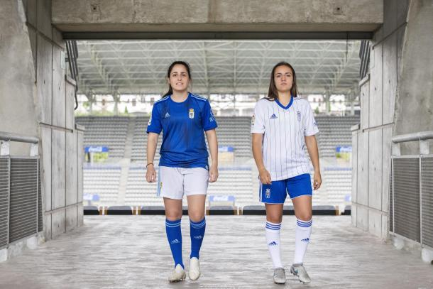Isina y Carla, del femenino, con las equipaciones |Imagen: Real Oviedo