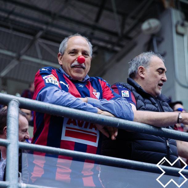 El Eibar repartió 7.000 narices rojas para todos los asistentes del partido. Fotografía: SD Eibar.