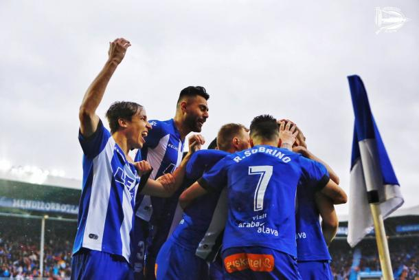El equipo albiazul celebra el segundo y definitivo tanto. Fuente: deportivoalaves.com