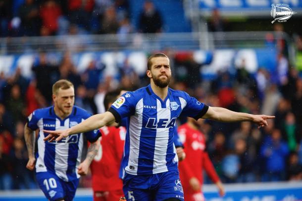 Víctor Laguardia celebra el gol que abría el marcador. Fuente: deportivoalaves.com