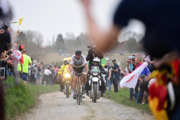 Sagan tirando de Dillier en uno de los tramos de adoquín.