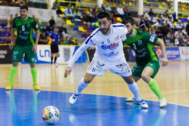 Borja trata de alcanzar la pelota ante la mirada de UMA | Foto: @UMAAntequera