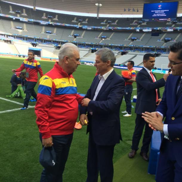 Dacian Ciolos meets the Romanian staff | Photo: UEFA
