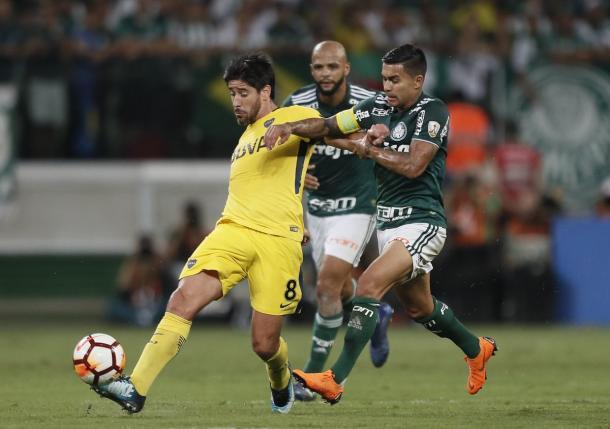 Pablo Pérez ante la marca de Dudú | Foto: Boca Jrs.
