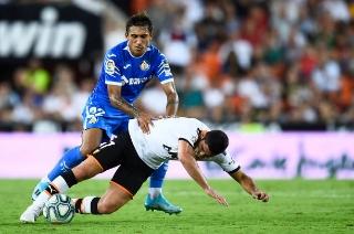 Damián Suarez derribando a Guedes  //  Fuente: Getty Images